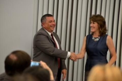州议会候选人Baker和Sbranti的辩论会