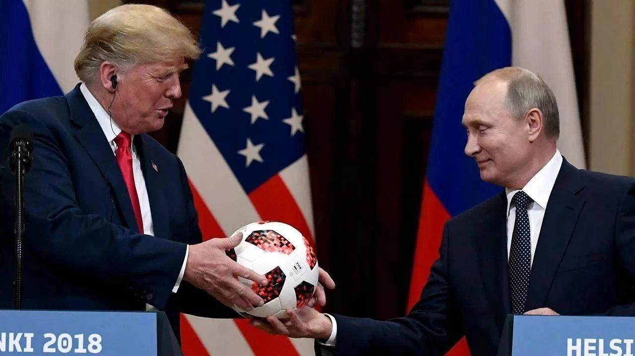 普京送特朗普一个世界杯足球,意味深长地说看你的了