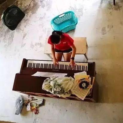 客厅里的琴声——有音乐的地方, 就会有希望!