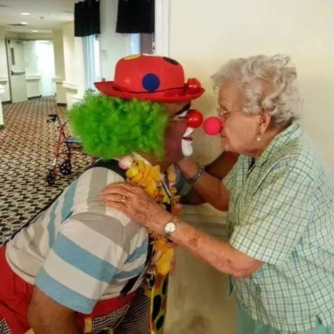 美国医院里的小丑抱抱熊