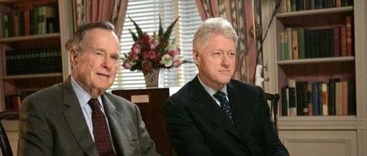 一张便条开始的两位总统25年的友谊,克林顿撰文纪念老布什