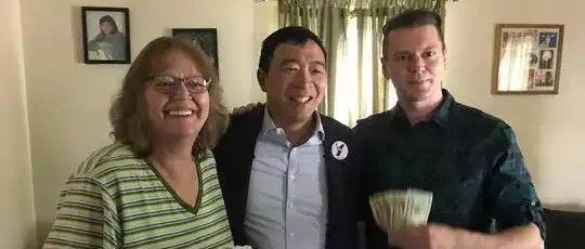 和美国总统候选人杨安泽一起给平民百姓发钱