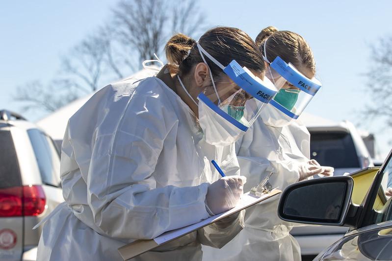 美国新冠疫情进入最严重的第三个高峰 | 新冠疫情在东西海岸开始,蓝州和红州防控成绩比较如何?
